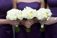 Demoiselles d'honneur avec des fleurs image libre de droits