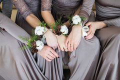 Demoiselles d'honneur avec le bouquet de mariage des fleurs Photo libre de droits