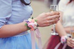 Demoiselles d'honneur avec un bouquet de mariage des fleurs à une cérémonie de mariage amies avec un boutonniere choyant le jour  Photographie stock libre de droits