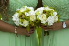 Demoiselles d'honneur en vert avec le bouquet de mariage photographie stock