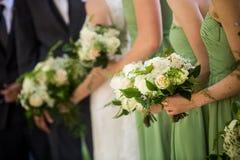 Demoiselles d'honneur et jeunes mariées avec la belle rose de vert, rose et blanche Photo stock