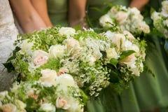 Demoiselles d'honneur et jeunes mariées avec la belle rose de vert, rose et blanche Photos libres de droits