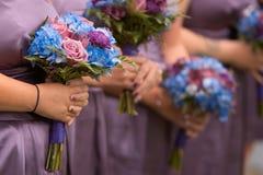 Demoiselles d'honneur retenant des bouquets Images stock