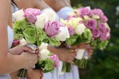 Demoiselles d'honneur retenant des bouquets Images libres de droits