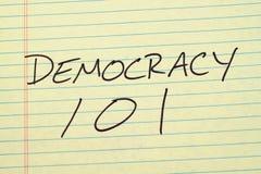 Demokracja 101 Na Żółtym Legalnym ochraniaczu Zdjęcie Stock