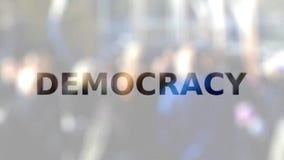 DEMOKRATIE-Aufschrift auf dem Mattglas gegen gedrängte Straße stock video