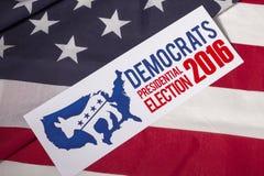 Demokratische Präsidentschaftswahl-Abstimmung und amerikanische Flagge Lizenzfreies Stockbild