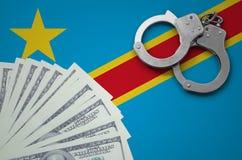 Demokratiska republiken Kongo flagga med handbojor och en packe av dollar Begreppet av olagliga bankrörelseoperationer i USA-byra arkivbilder