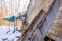 Demolerad trästruktur i ett skogområde i vinter royaltyfria foton