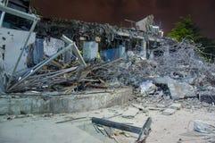 Demolerade byggnader på natten Arkivfoto