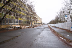 Demolição da construção velha da fábrica Fotos de Stock