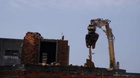 Demolição da construção velha pela máquina video estoque