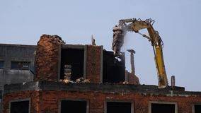 Demolição da construção velha pela máquina filme