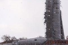 Demolição da torre abandonada da televisão em Ekaterinburg no 24o de março de 2018 sobras da torre destruída Imagens de Stock