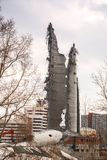 Demolição da torre abandonada da televisão em Ekaterinburg no 24o de março de 2018 sobras da torre destruída Fotografia de Stock Royalty Free