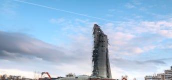 Demolição da torre abandonada da televisão em Ekaterinburg no 24o de março de 2018 sobras da torre destruída Imagem de Stock