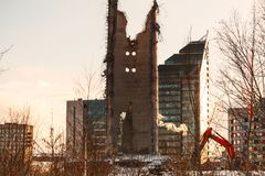 Demolição da torre abandonada da televisão em Ekaterinburg no 24o de março de 2018 sobras da torre destruída Foto de Stock
