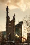 Demolição da torre abandonada da televisão em Ekaterinburg no 24o de março de 2018 sobras da torre destruída Fotos de Stock Royalty Free