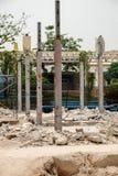 Demolição de uma construção com assoalhos e as colunas concretos, casa velha Fotos de Stock