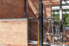 Demolição de uma construção com assoalhos e as colunas concretos, casa velha Fotografia de Stock