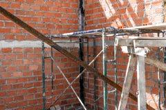 Demolição de uma construção com assoalhos e as colunas concretos, casa velha Imagens de Stock Royalty Free