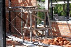 Demolição de uma construção com assoalhos e as colunas concretos, casa velha Foto de Stock