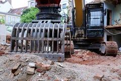 Demolição de uma máquina grande da casa Imagens de Stock Royalty Free