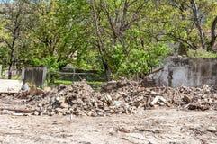 A demolição e a destruição situam sobras dos tijolos e sobras do material de construção no espaço vazio à terra Imagens de Stock