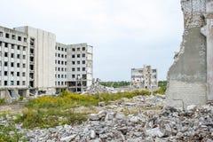Demolição, eliminação de uma grande planta industrial fotografia de stock royalty free