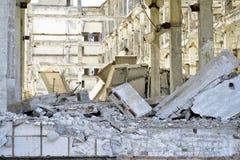 Demolição, eliminação de uma grande planta industrial foto de stock royalty free