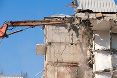 Demoli??o da constru??o com m?quina escavadora hidr?ulica imagens de stock royalty free