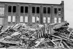 Demolición automotriz anterior de Warehouse Las fábricas viejas de la correa del moho hacen la manera para la nueva construcción  Fotos de archivo