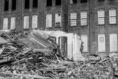 Demolición automotriz anterior de Warehouse Las fábricas viejas de la correa del moho hacen la manera para la nueva construcción  Foto de archivo