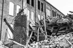 Demolición automotriz anterior de Warehouse Las fábricas viejas de la correa del moho hacen la manera para la nueva construcción  Imagen de archivo libre de regalías