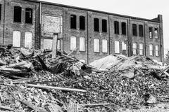 Demolición automotriz anterior de Warehouse Las fábricas viejas de la correa del moho hacen la manera para la nueva construcción  Fotos de archivo libres de regalías