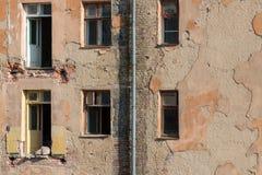 Demolición de un edificio de apartamentos imagenes de archivo