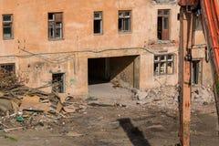 Demolición de un edificio de apartamentos imágenes de archivo libres de regalías
