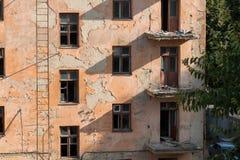 Demolición de un edificio de apartamentos imagen de archivo libre de regalías