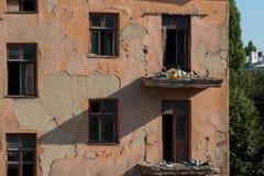 Demolición de un edificio de apartamentos fotos de archivo