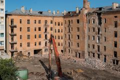 Demolición de un edificio de apartamentos fotografía de archivo libre de regalías