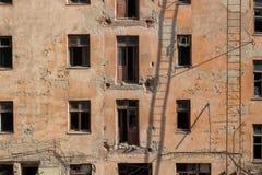 Demolición de un edificio de apartamentos fotos de archivo libres de regalías