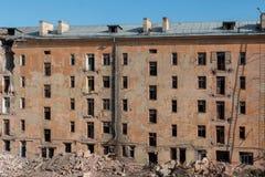 Demolición de un edificio de apartamentos foto de archivo libre de regalías