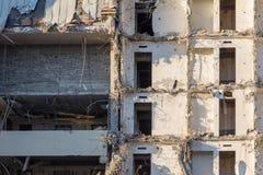 Demolición de un edificio destrucción en un cuarto urbano residencial imagenes de archivo