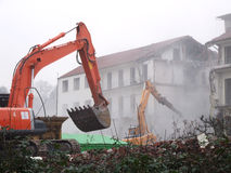 Demolición de un edificio viejo Imágenes de archivo libres de regalías
