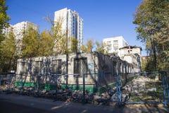 Demolición de una casa vieja Moscú, Rusia fotografía de archivo libre de regalías