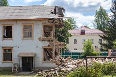 Demolición del edificio viejo desmontar una casa residencial vieja fotografía de archivo libre de regalías