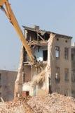 Demolición del edificio viejo en la ciudad Foto de archivo libre de regalías