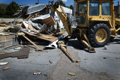 Demolición de la retroexcavadora del edificio y del equipo pesado Imagen de archivo libre de regalías