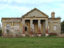 Demoliert und zerstört dem alten verlassenen Schloss lizenzfreies stockbild