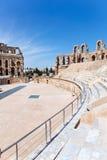 Demolierte alte Sitze im tunesischen Amphitheatre Lizenzfreies Stockfoto